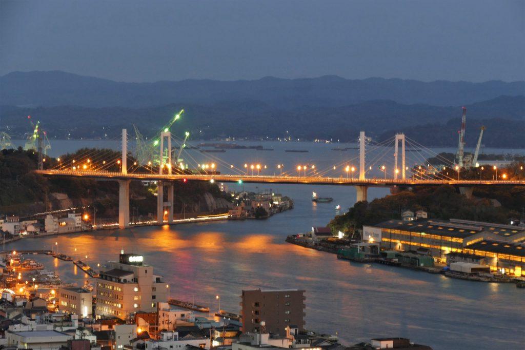 Japon, vue d'Onomichi de nuit